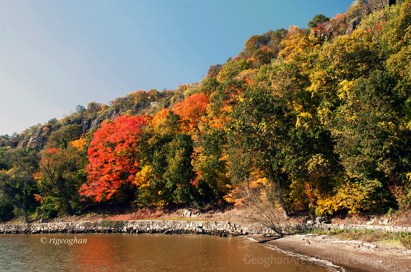 Day 294: NJ Palisades Autumn Foliage - Oct 20.  A beautiful day today.  Took a ride to the NJ Palisadesa long the Hudson River to check out the status of the fall foliage.  It is beginning to be just beautiful.  Hope the leaves don't blow off the trees before it reaches peak color.