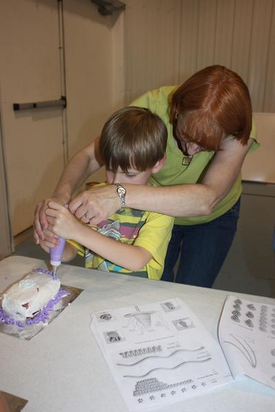 Mid-Week Adventures - Cake Decorating -  6-8-2011 152.JPG
