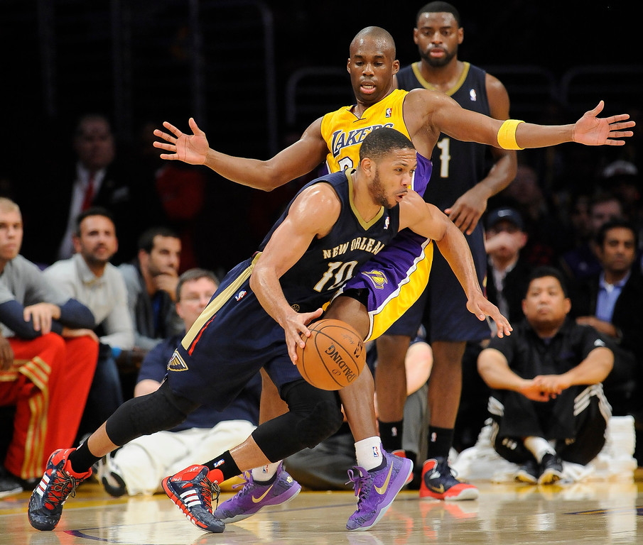 . New Orleans Pelicans guard Eric Gordon (10) works his way around Los Angeles Lakers guard Jodie Meeks, back center, in the second half of an NBA basketball game, Tuesday, March 4, 2014, in Los Angeles. The Pelicans won 132 to 125. (AP Photo/Gus Ruelas)