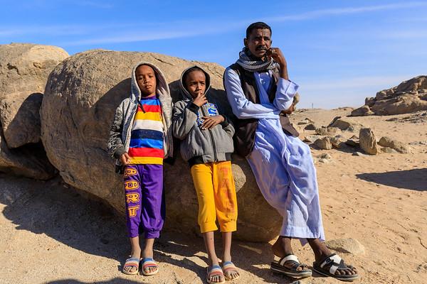 Vater und Söhne im Steinbruch bei Tumbus