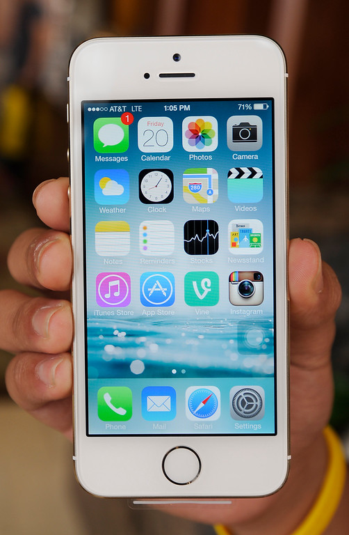 . The new iPhone 5s. Glendale, CA. 9/20/2013. photo by (John McCoy/Los Angeles Daily News)
