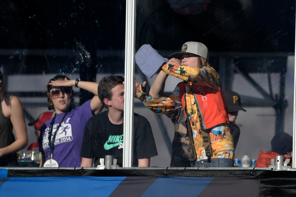 . ASPEN, CO - JANUARY 25: A young fan cleans the skybox glass for better viewing during the men\'s ski half pipe final. Winter X Games on Sunday, January 25, 2015. (Photo by AAron Ontiveroz/The Denver Post)
