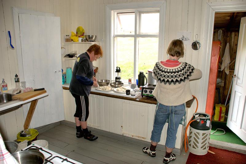 Jóna og Andrea undirbúa mat fyrir vinnumennina