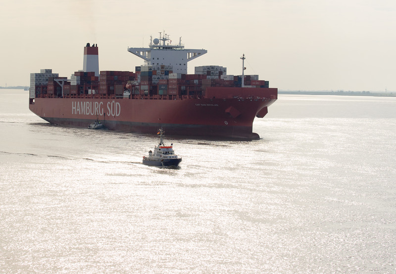 Containerschiff Hamburg Süd mit Polizeiboot WS 2 Bürgermeister Weichmann vor Brunsbüttel