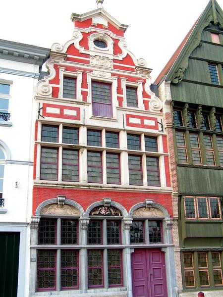 """Nu komen we aan op 'De Haverwerf' aan: """"Sint Jozef"""" Fraaie Barokgevel uit 1669, maar volgens Marcel Kocken weer opgebouwd met gedeeltelijk herbruikt materiaal."""