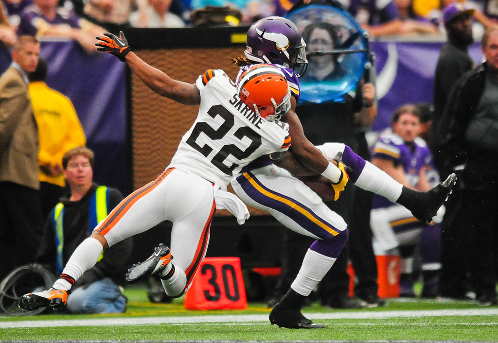 . Vikings wide receiver Cordarrelle Patterson catches a 34-yard pass under tight coverage from Browns cornerback Buster Skrine in the second quarter. (Pioneer Press: Ben Garvin)