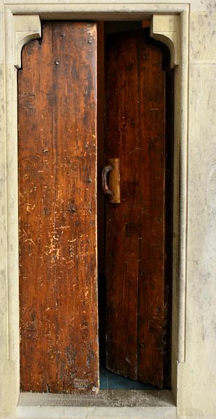 italy trebbio courtyard open door cu .jpg