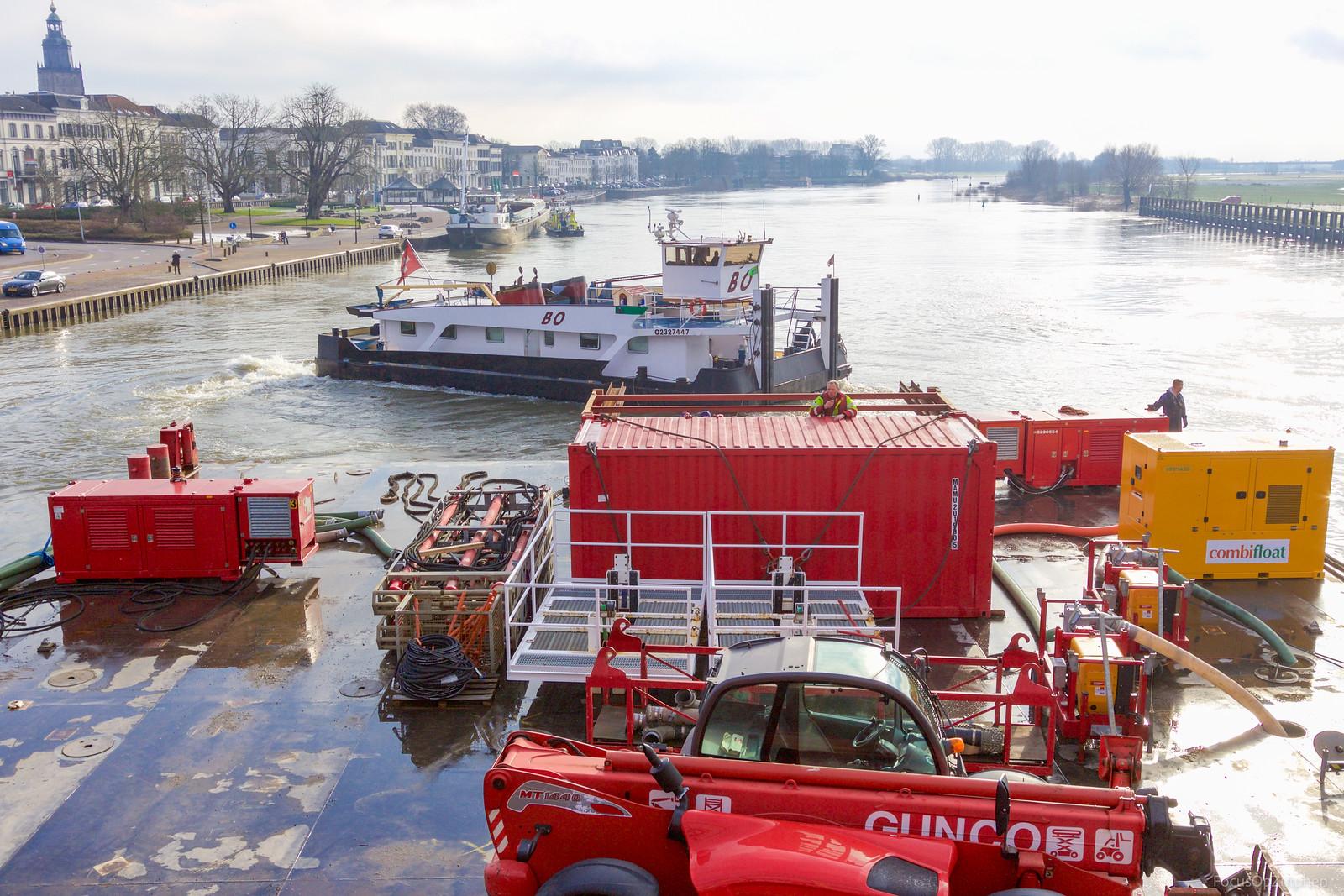 Ponton 'Schelde' passeert Zutphen