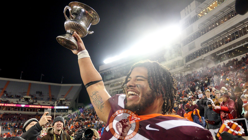 Ricky Walker holds up the Commonwealth Cup along the sidelines. (Mark Umansky/TheKeyPlay.com)