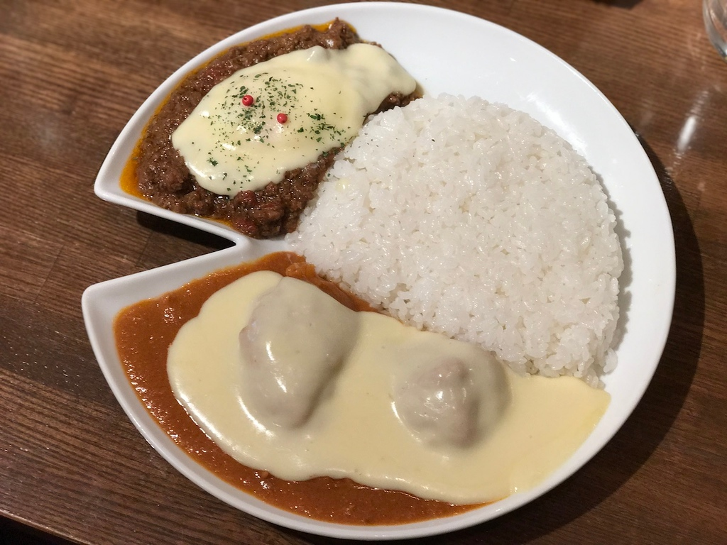 The combination platter is not the prettiest plate of curry, but it doesn't matter here.