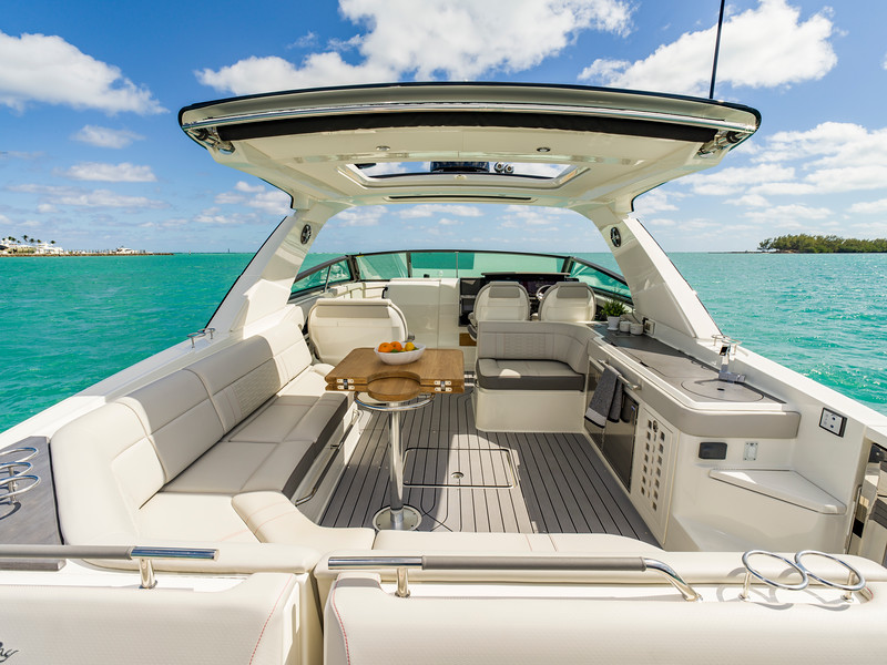 2020-SLX-R-400-e-Outboard-sunpad-looking-forward-01.jpg