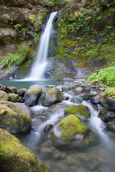 Flora Dell Falls offers a refreshing pool to weary Rogue River Trail hikers.