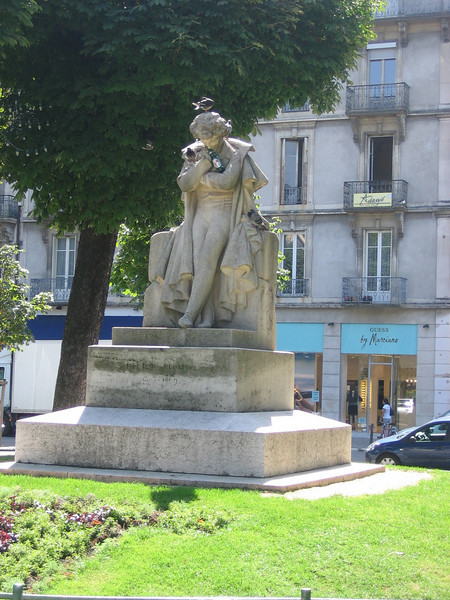 Statue enjoying a beer with his birdy friends. Location - Grenoble