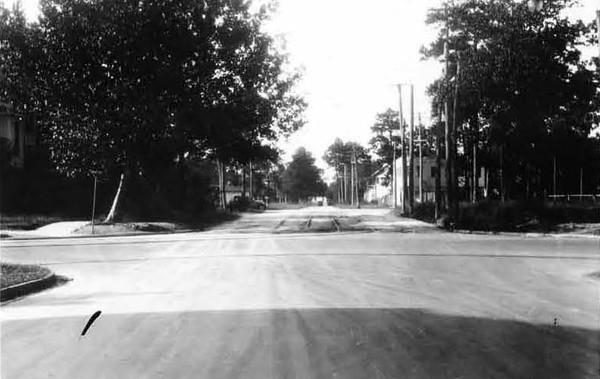 1928-Margaret looking north from Myra - Riverside.jpg