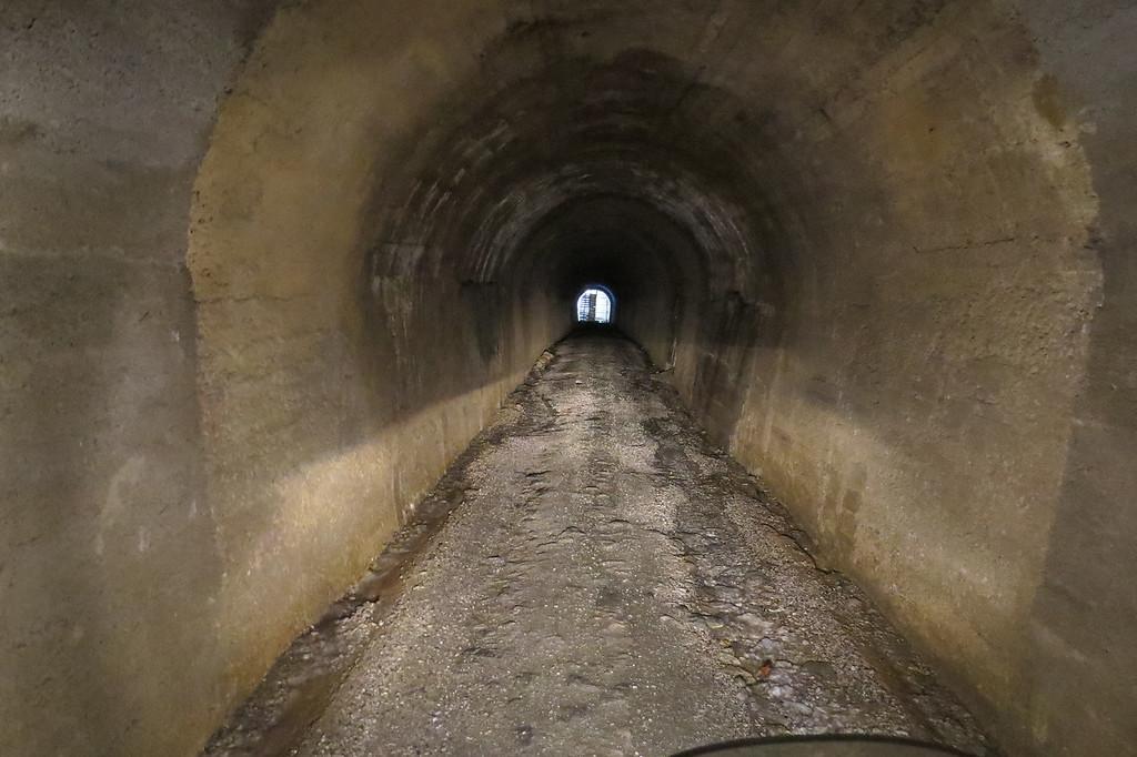 De tunnel is 900 meter lang, oud militair en heeft twee bochten. Het wegdek ligt bol, ongelijk, glad en het is er donker
