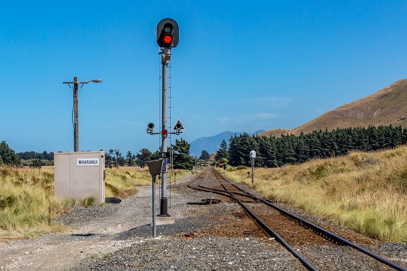 Rot als Symbol für die Eisenbahn in Neuseeland: vier Monate gereist, überland zwei Güterzüge gesehen