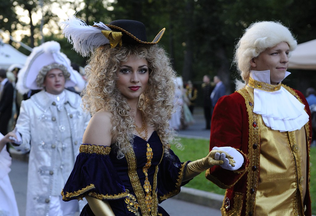. Actors in costumes arrive at the Peterhof Palace where heads of state meet for a working dinner as part of the G20 summit on September 5, 2013 in Saint Petersburg.     AFP PHOTO / ERIC FEFERBERG/AFP/Getty Images