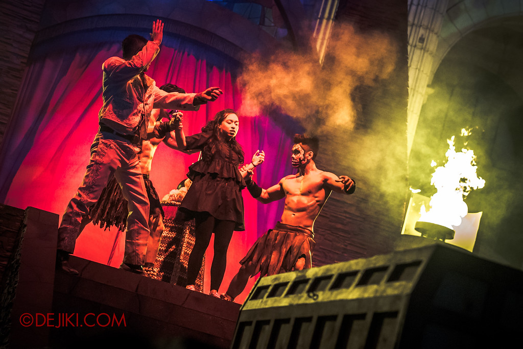 Halloween Horror Nights 6 - March of the Dead scare zone / The Resurrection show - The Host casts a spell