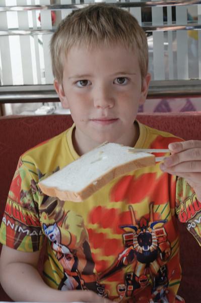 So isst man Toast mit Stäbchen. Aber wie schmiert man Butter und Marmelade?