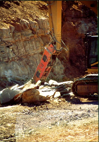 NPK E225 hydraulic hammer on Cat excavator (3).JPG
