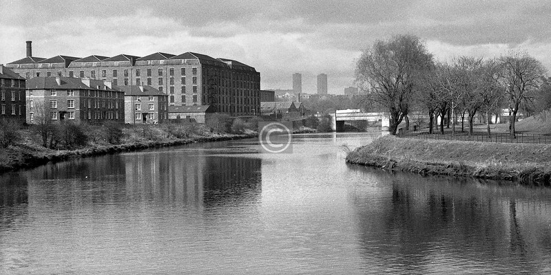 The river upstream of the King's Bridge.  The neat tenements in Benthall St and Turnlaw St are still there, though barely recognisable after a radical facelift, and look a pleasant place to live. The six-storey building was a bonded warehouse at 546 Ballater St.    April 1973.
