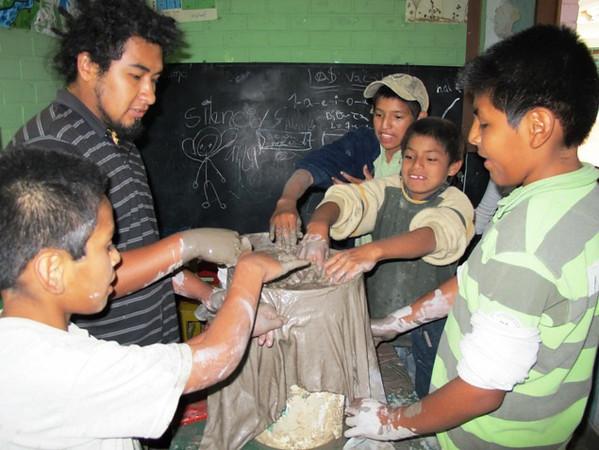 clase de manualidades con niños trabajadores en La Libelula - copia.jpg