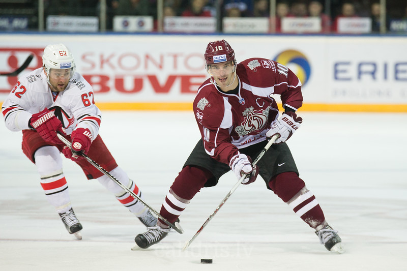 Alexei Dostoinov (62) of Avtomobilist Jekaterinburga tries to stop Lauris Darzins (10)