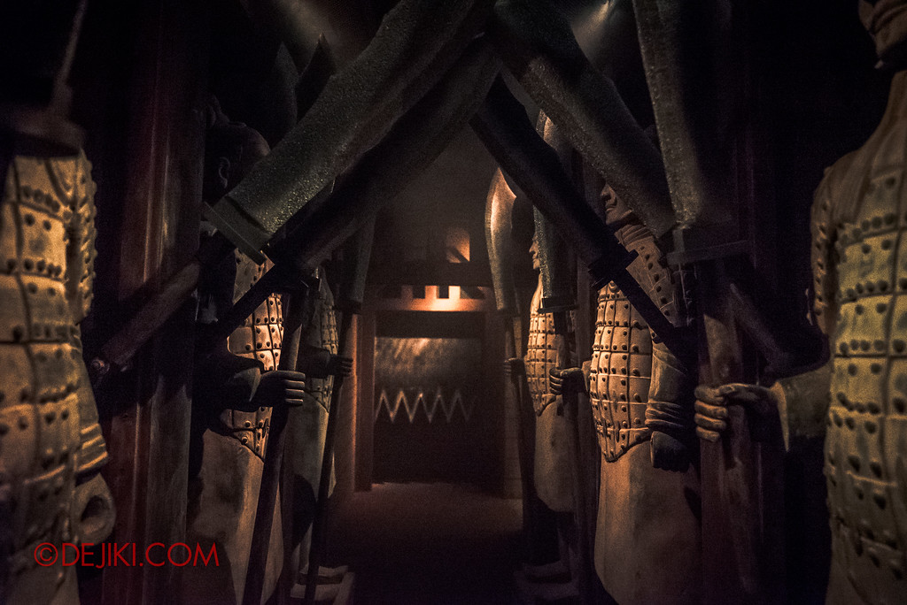 Halloween Horror Nights 7 - TERROR-Cotta Empress haunted house / Final escape route