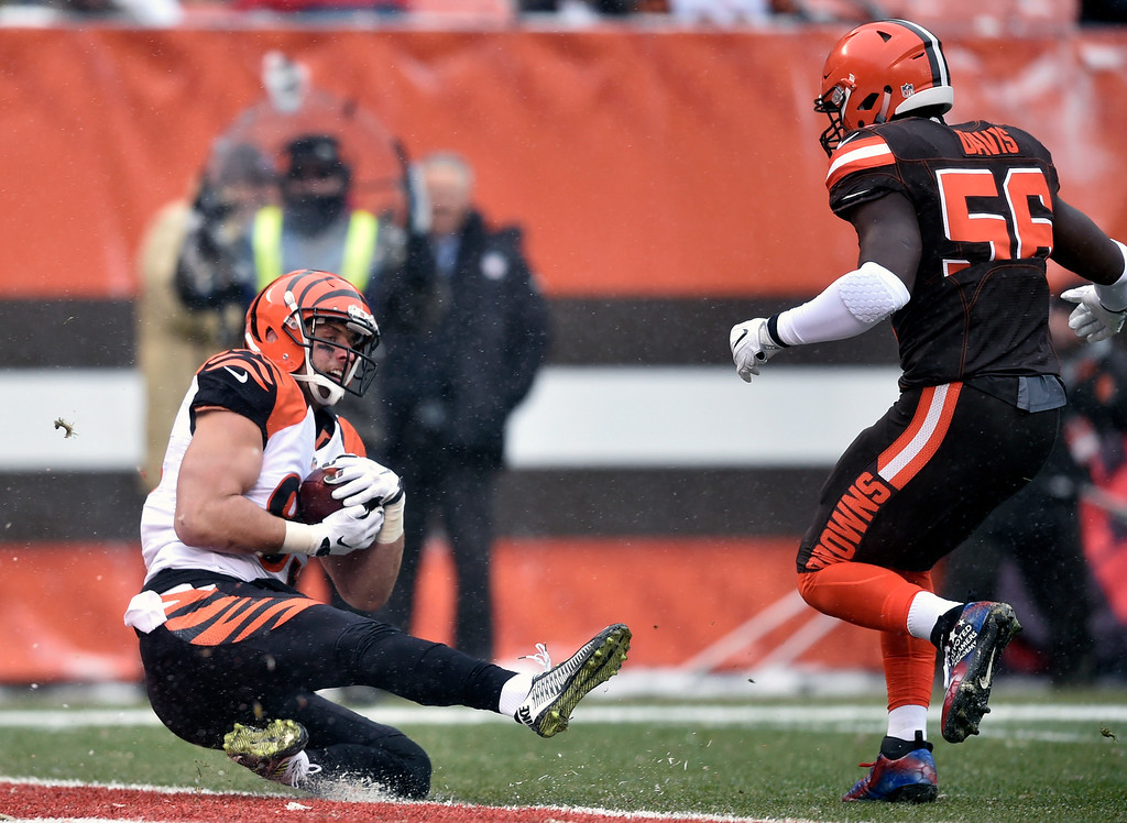 . Cincinnati Bengals tight end Tyler Eifert (85) catches a 14-yard touchdown pass in the first half of an NFL football game against the Cleveland Browns, Sunday, Dec. 11, 2016, in Cleveland. (AP Photo/David Richard)