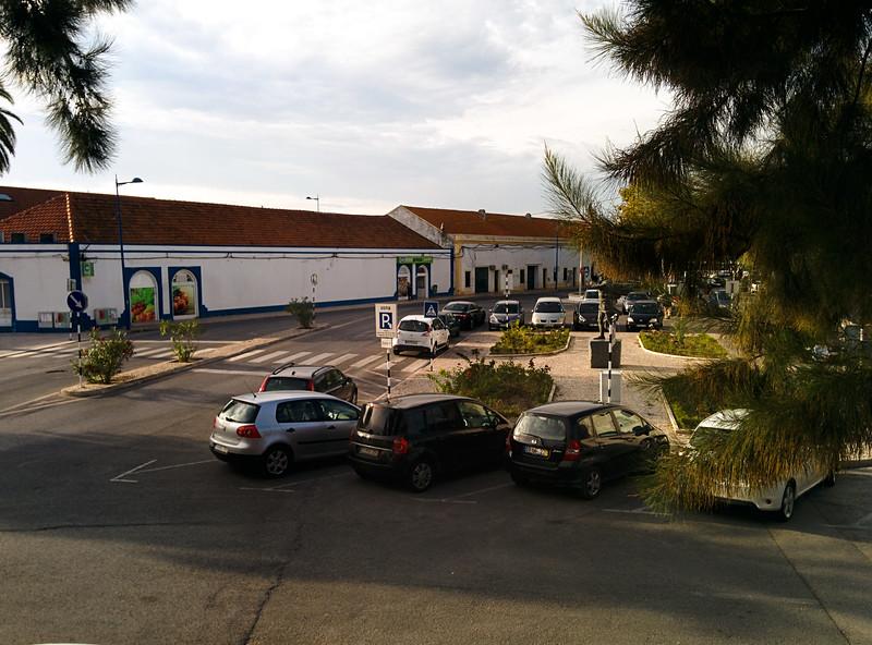 Jsme zpátky u Lisabonu v Montiju a z okna máme výhled na náměstí před městským úřadem