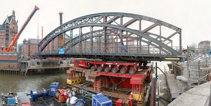 Brücke in der Speicherstadt Hamburg wird montiert mit Kran