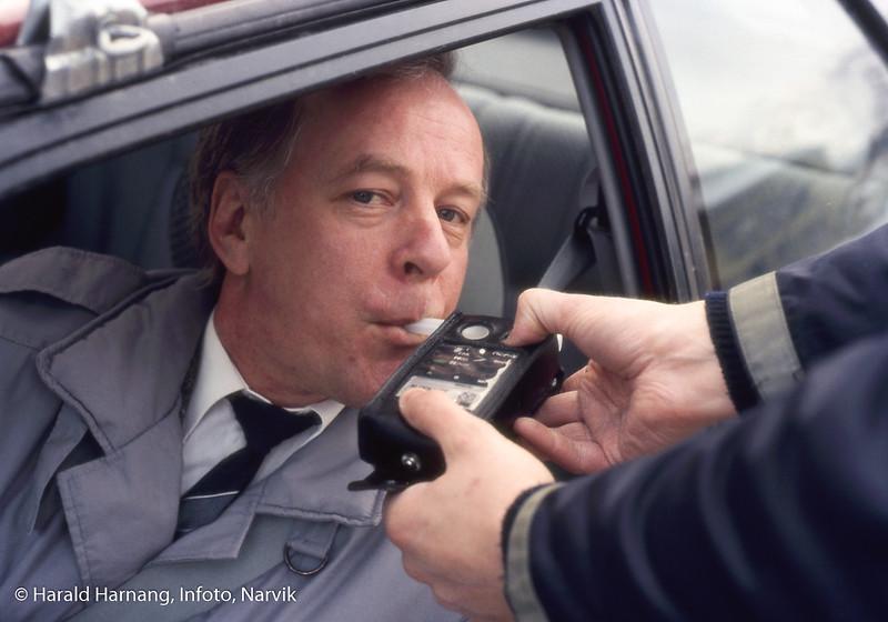 Promillekontroll på Fagernesveien. Arnfinn Skogli, sjef for Sivilforsvaret i Narvik.