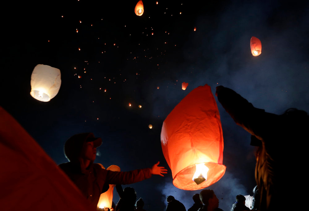 Description of . South Koreans release paper lanterns to celebrate the first full moon of the Lunar New Year, in Yongin, South Korea, Sunday, Feb. 24, 2013. According to the lunar calendar, the first full moon falls on Sunday and is the day Koreans traditionally eat special treats and wish for a bountiful harvest in the year. (AP Photo/Lee Jin-man)