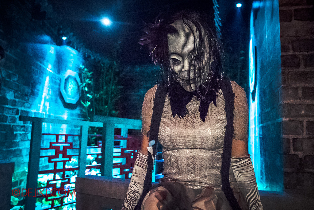 Halloween Horror Nights 6 - Hu Li's Inn / Skull woman by the pond