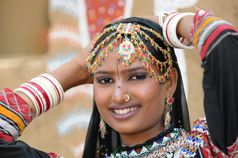 Lady artist Radha Sapera, from the Rajki-Puran Nath Sapera & Party, Jaipur photographed at the Suraj Kund Mela 2009 held in Haryana (outskirts of Delhi), North India. The Suraj Kund Mela is an annual fair held near Delhi. Folk dances, handicrafts and a lot of fun. Artists at the Surajkund Crafts Mela 2009, Haryana, North India. The Suraj Kund Mela is an annual fair held near Delhi. Folk dances, musical performances, handicrafts on display & sale and and a lot of fun & excitement for everyone.