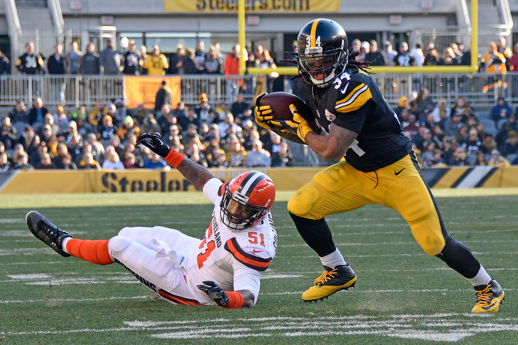 . Pittsburgh Steelers running back DeAngelo Williams (34) gets past Cleveland Browns outside linebacker Jamie Collins (51) enroute to the end zone for a touchdown during the first half of an NFL football game in Pittsburgh, Sunday, Jan. 1, 2017. (AP Photo/Don Wright)