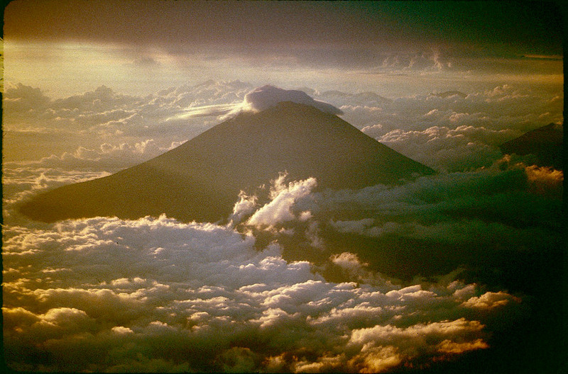 flying back to Bali and seeing the peak of Agung