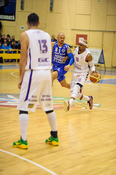 Meci de baschet la Sala Sporturilor din Pitesti intre BCMU Pitesti · CSU Asesoft Ploiesti