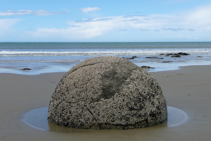 The Moeraki Boulders are a set of almost perfectly spherical boulders scattered along a short stretch of beach. They have inspired interesting legends and are interesting too see. The only downside was that we had expected boulders up to 4 meters in diameter, but we really did not see anything bigger than half that.