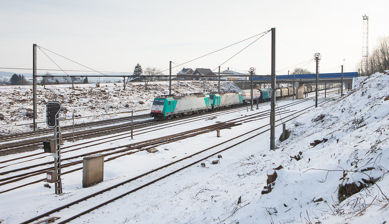 2832+2828 westbound with the 44516 (Gremberg/D - Antwerpen-Noord) in Hindel.