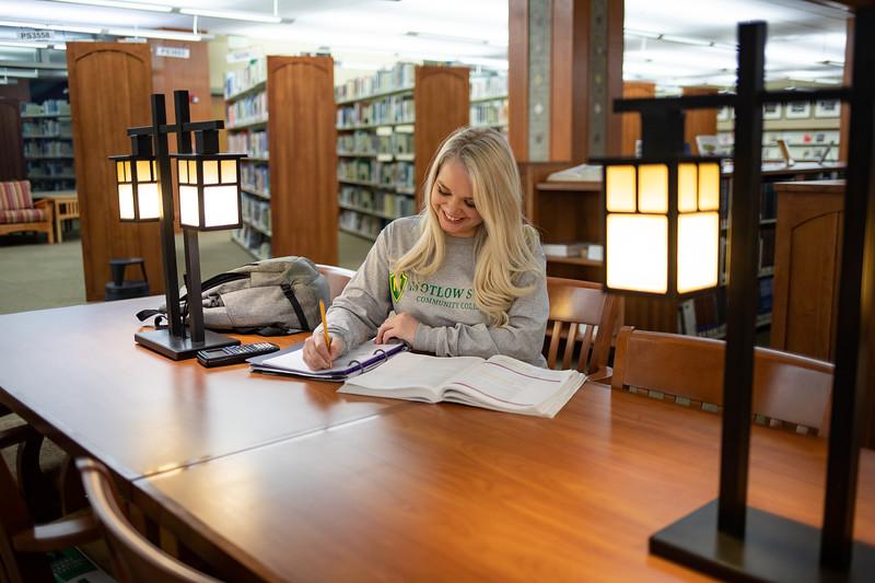 BuffyDavisStudentStudying-0509.jpg