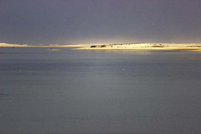 Detail ostrova Ilha Deserta, vpravo je pak vidět zátoka, která je ve skutečnosti zmíněným úzkým průlivem mezi oběma ostrovy.