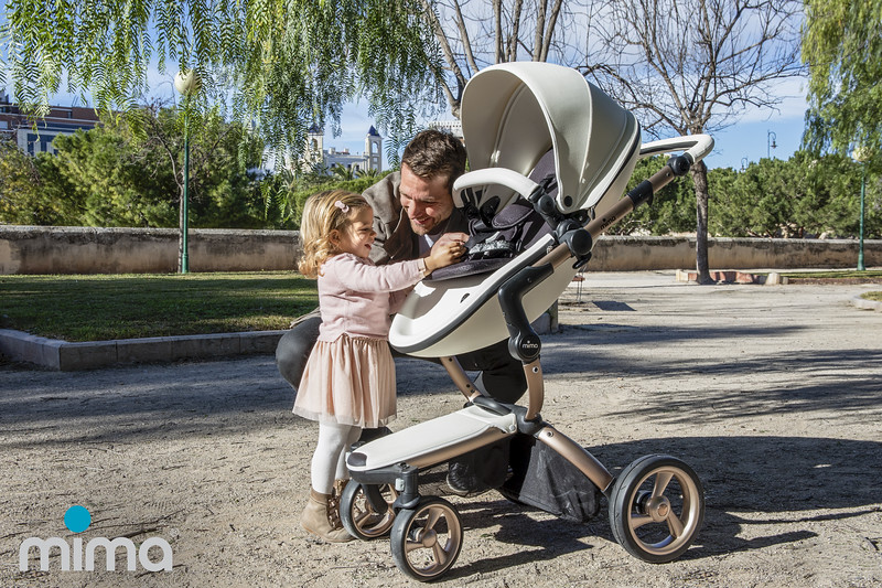 Mima_Xari_Lifestyle_Snow_White_Rose_Gold_Chassis_Dad_With_Child_Out_Of_Pushchair_With_Mima_Logo.jpg