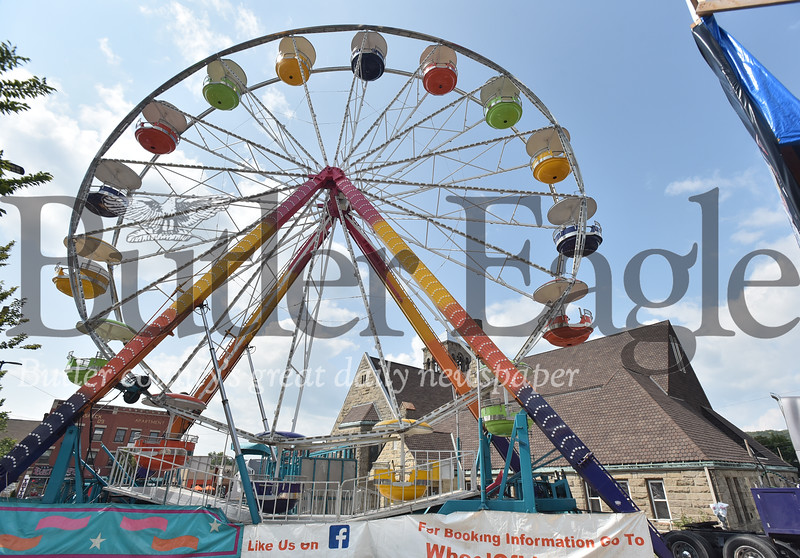 48434 Giant ferris wheel srt up along main st for upcoming Italian Festibval this weekend