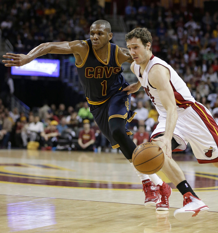 . Miami Heat\'s Goran Dragic, right, from Slovenia, drives past Cleveland Cavaliers\' James Jones, left, during an NBA basketball game Thursday, April 2, 2015, in Cleveland. (AP Photo/Tony Dejak)
