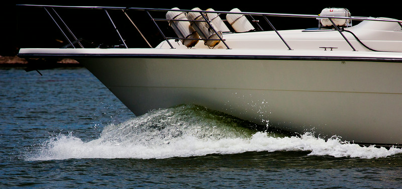 High-speed photo of the bow wake of a fast-moving yacht