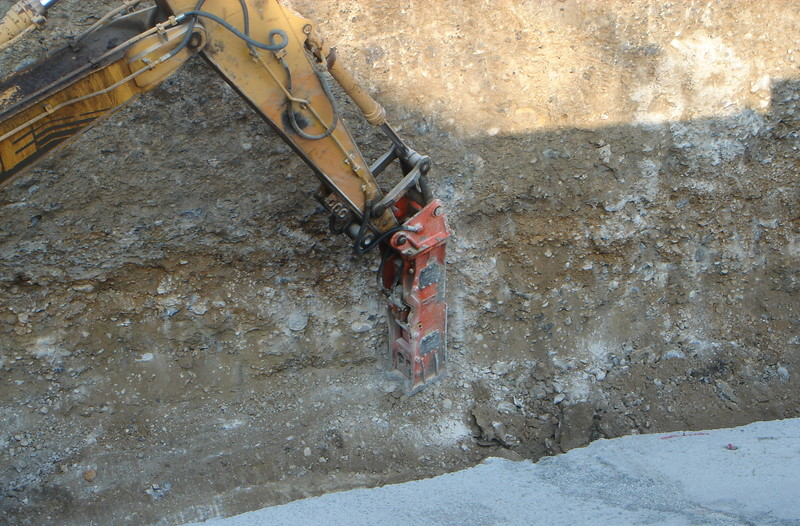 NPK E220 hydraulic hammer on Cat excavator  (1).JPG