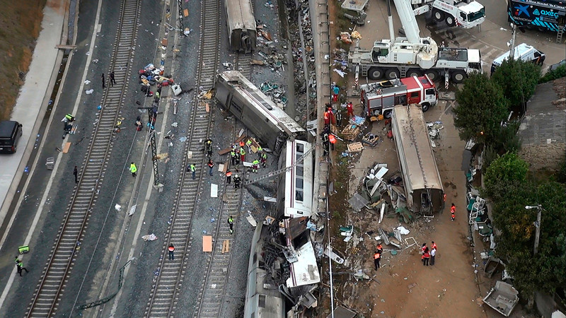 . An overhead view of the wreckage of a train crash is seen near Santiago de Compostela, northwestern Spain, in this still image from video, July 25, 2013. A train derailed outside the ancient northwestern Spanish city of Santiago de Compostela on Wednesday evening, killing at least 77 people and injuring up to 131 in one of Europe\'s worst rail disasters. REUTERS/Aeromedia.es