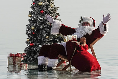 20201115 Santa Claus Relaxes at the Dead Sea