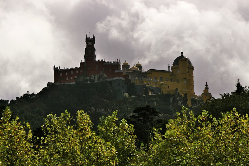 Palacio de Pena na kopci nad Sintrou, bohužel v silném protisvětle. Jak svým stylem, tak tím, jak se tahle stavba nad krajinou tyčila, mi hrozně připomínala Duke's Archives z Dark Souls.
